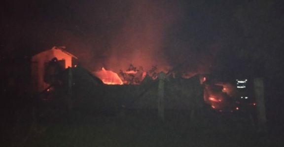 Se incendió su casa cuando dormía y se quemó al escapar entre las llamas