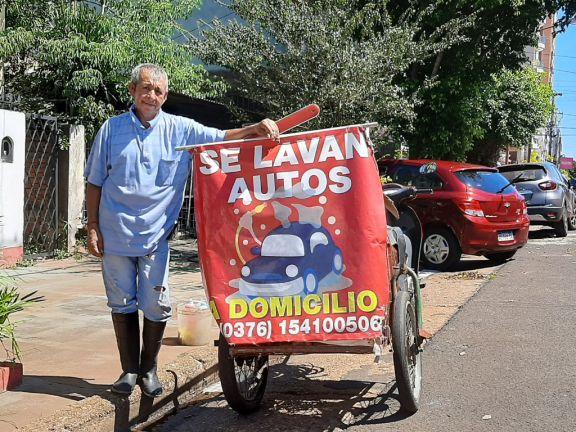 La innovadora idea de Luis: Recorre Posadas ofreciendo servicios de Lava Autos a domicilio