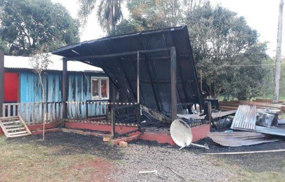 Bomberos extinguen incendio en kiosco evitando se expandiera a una casa en San Pedro