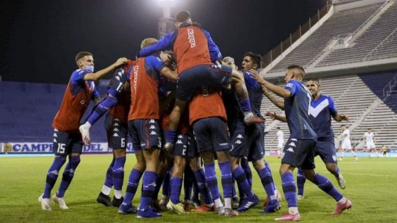 Vélez venció a Huracán y se consolidó como líder del Grupo 2