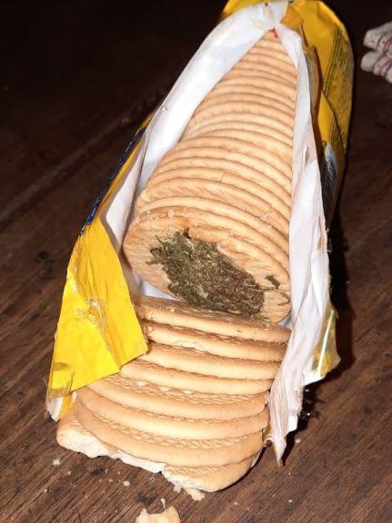 Puso marihuana entre galletitas para un hermano detenido