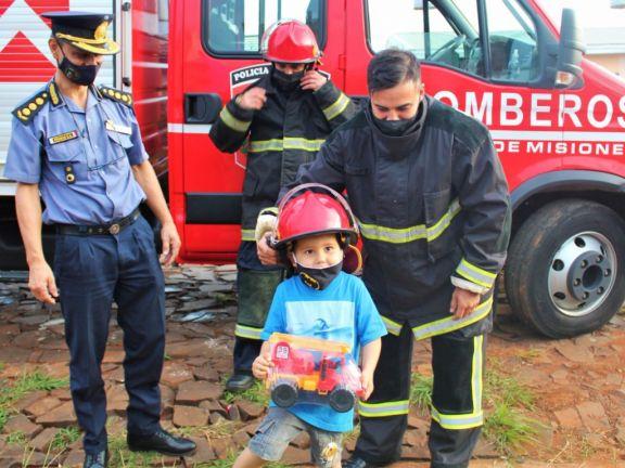 Sueña con ser bombero y en su cumpleaños fue sorprendido por sus héroes