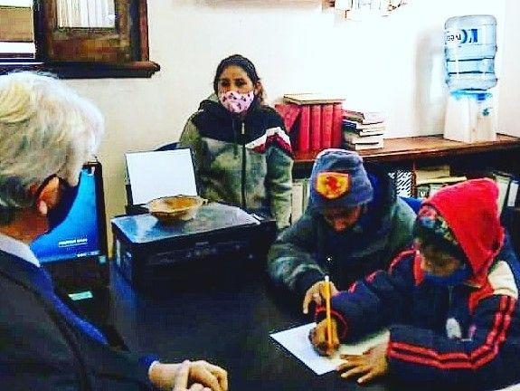 Por falta de computadora, hermanos hacían sus tareas escolares en la Fiscalía de Estado