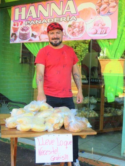 Noble gesto solidario de un panadero: bolsitas con pan gratis para familias humildes