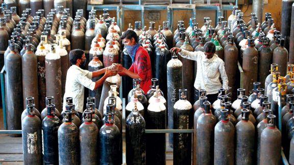 India recibe ayuda médica de EE.UU. mientras crece su brote