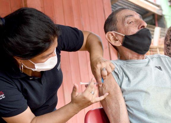 Adultos mayores: el vacunatorio en un comedor del barrio Santa Rita