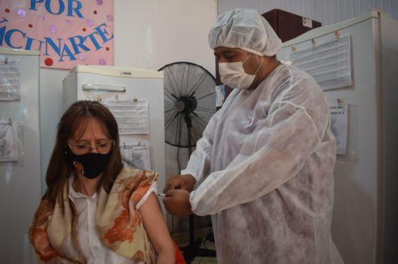 Comenzó la vacunación con la segunda dosis a docentes de Jardín América