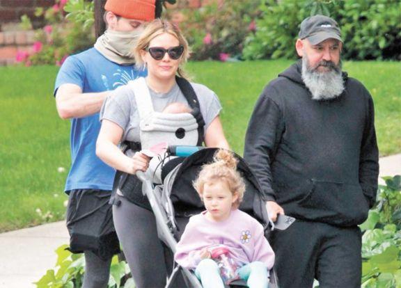 Hillary ya pasea con su pequeña Mae