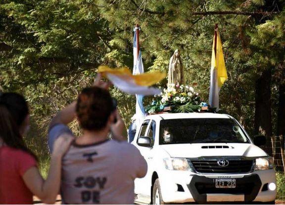 Caravana de autos en honor de la Virgen de Fátima