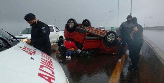 Despistó y volcó con su auto en el acceso a Posadas