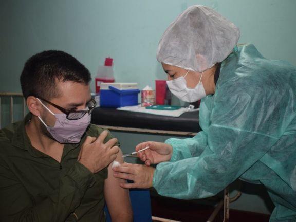 Nueva tanda de docentes recibe la vacuna anticovid en Jardín América