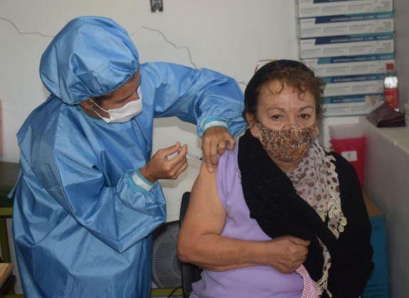 Campaña de vacunación a adultos mayores en Jardín América