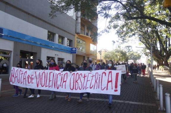 Masiva marcha contra la violencia obstétrica denunciada en el hospital de Oberá