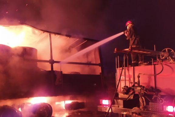 Se incendió un camión cargado con celulosa