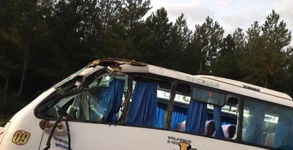 Chocaron un camión y un colectivo con 22 turistas