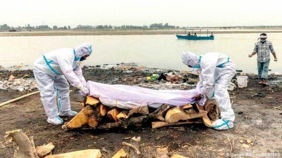 India: aparecieron cadáveres flotando a orillas del río Ganges