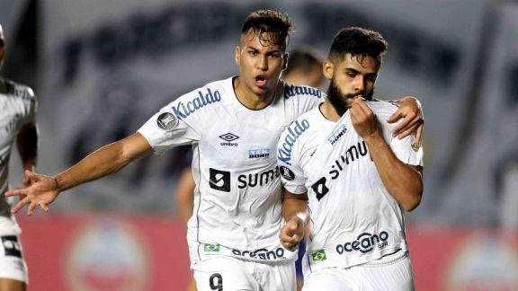 Boca perdió en su visita a Santos y empieza a complicar su clasificación a octavos