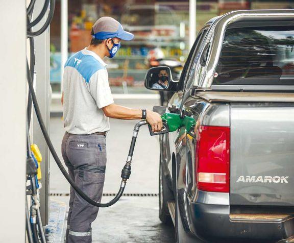 Combustibles volverán a subir un 6 por ciento desde mañana