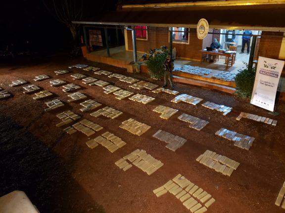 Secuestran casi una tonelada de marihuana almacenada en un predio de San Ignacio