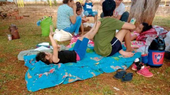 Varados en Encarnación piden volver al país por el puente
