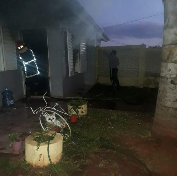 Incendio: rescatan a mujer que quedó atrapada entre las llamas