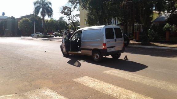 Conductora al mando de un utilitario atropelló a un peatón en pleno centro de Jardín América
