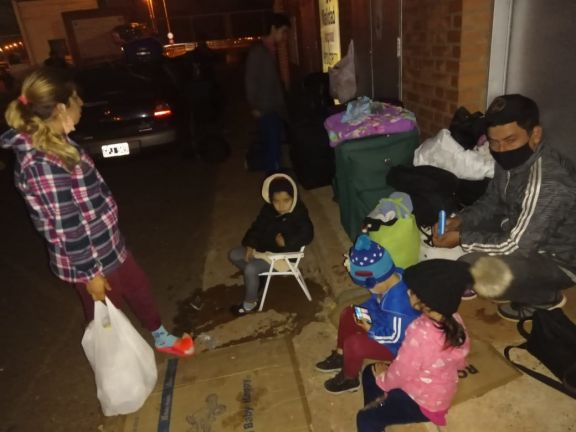 Duermen en una oficina de la Aduana Argentina y reciben alimento de una ONG.