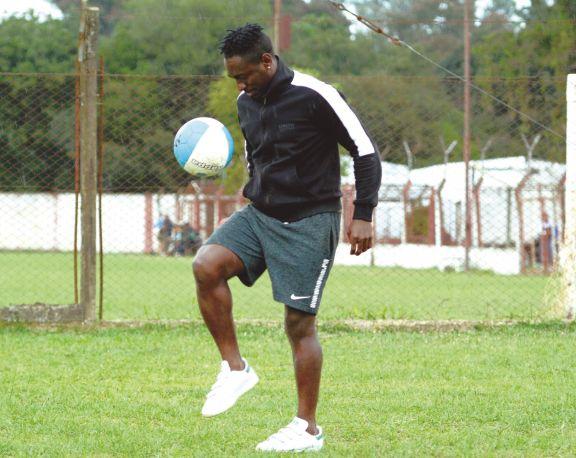 Llegó desde Camerún y sueña con ser futbolista