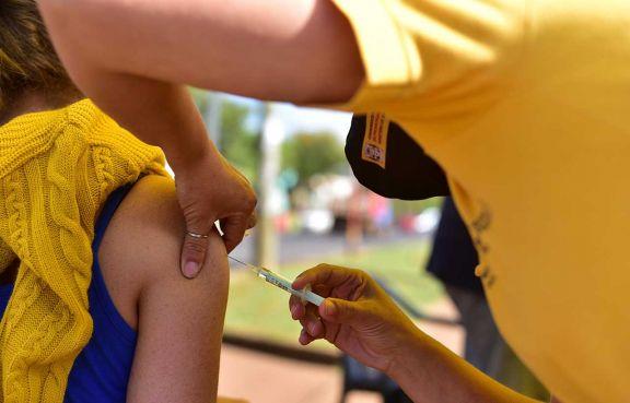 El 50,7% de los mayores de 18 años  recibió la primera dosis anticovid