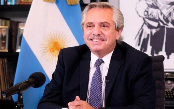 Fernández le entregó al titular de la Conmebol el protocolo para la Copa América
