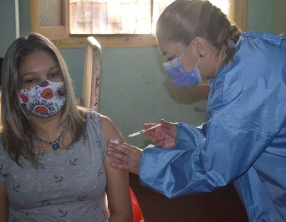 Vacunación anticovid en Jardín América: primera dosis por la mañana y segunda dosis a la tarde