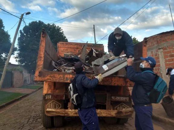 Se llevan adelante trabajos de descacharrizado y control de vectores en los barrios del Iguazú