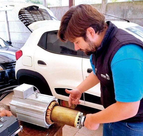 El ingeniero que transformó su auto en familia