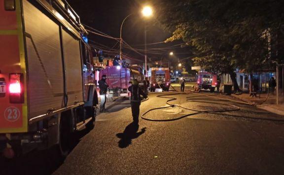 Bomberos sofocaron un incendio que alcanzó a dos locales comerciales en pleno centro de Iguazú