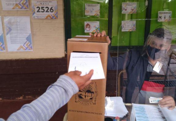 Bajo lluvia, iniciaron los comicios en Iguazú que tiene 38 candidatos que competirán por 3 bancas en el Concejo