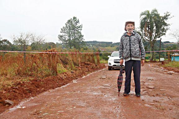 Ni lluvia ni barro lo frenaron para ir caminando a votar