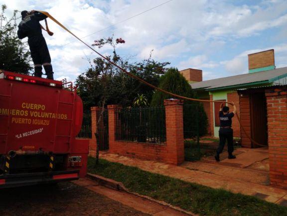 Continúa el operativo de distribución de agua potable en barrios de Puerto Iguazú