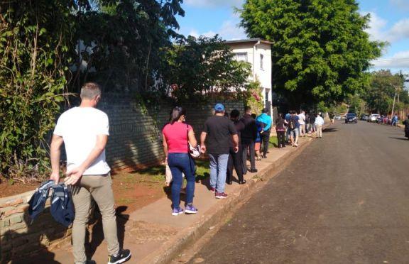 Iguazú: largas filas en el vacunatorio exclusivo para trabajadores del turismo