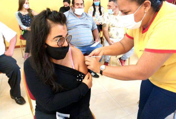 Más de mil trabajadores del turismo recibieron hoy la primera dosis de la vacuna en Iguazú
