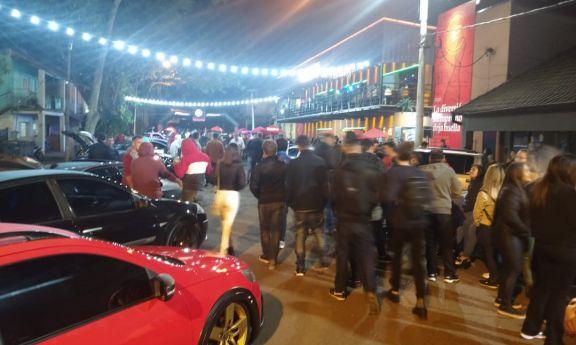 Exhibición de autos personalizados reunió a cientos de personas