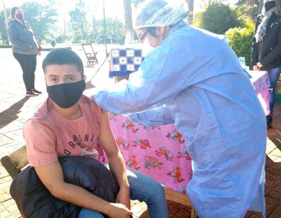 Vacunación anticovid en la plaza de Puerto Leoni