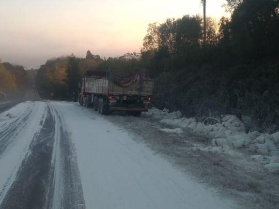 Caraguatay: camión cargado de harina despistó y perdió gran parte del cargamento