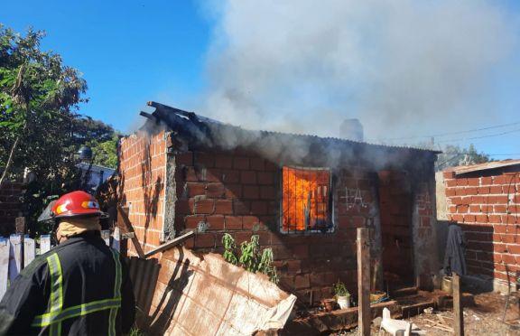 Rescatan de incendio a seis chicos que estaban encerrados en su casa