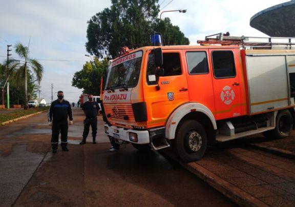Comenzó el operativo de emergencia de distribución de agua potable en los barrios de Iguazú