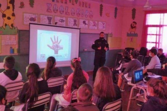 Charla sobre bullying y violencia escolar en la Escuela 363 de Dos Hermanas