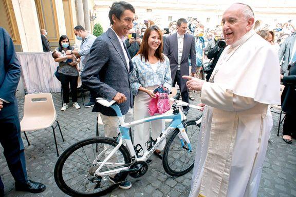 El ganador del Giro de Italia  le regaló su bicicleta al Papa