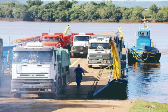 Parte de los productos comercializados, se llevan o traen a Misiones cruzando a Brasil por el río Uruguay. Foto: NATALIA GUERRERO