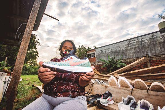 Emprendió un lavadero de zapatillas en su casa