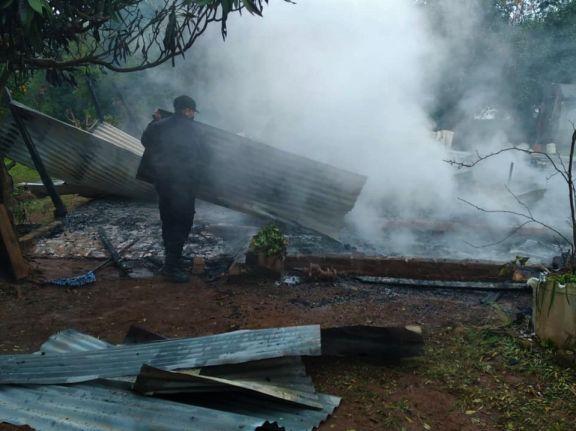 San Javier: incendio consumió por completo una casa y una familia se quedó en la calle