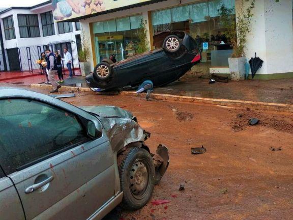 Derrapó, chocó a otro coche y terminó volcado casi adentro de una panadería en Garupá